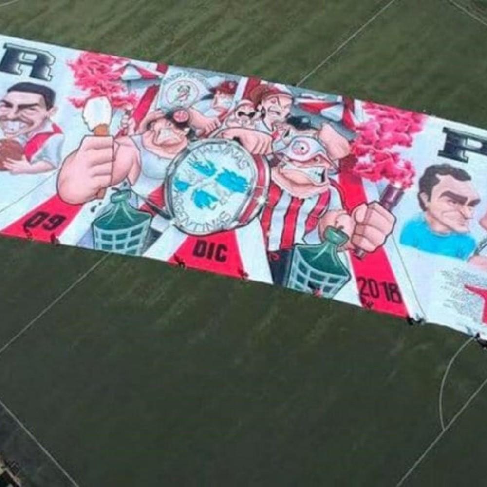 Los hinchas de River celebran su día con una bandera gigante y una nueva camiseta