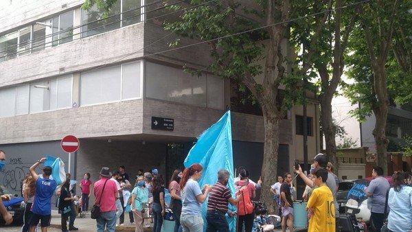 Manifestantes pro vida escracharon al diputado radical Facundo Suárez Lastra por apoyar la despenalización del aborto