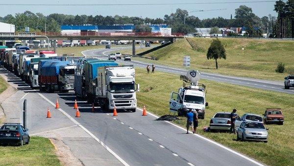 Paro de transportistas: la policía desalojó cortes de rutas, pero dicen que la medida sigue por tiempo indeterminado
