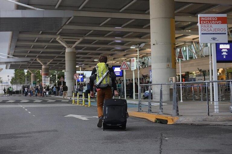 los-argentinos-siguen-viajando-a-pesar-de-las-restricciones-y-autorizaron-mas-vuelos-hasta-el-30-de-abril