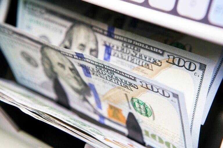 """dolar-hoy:-el-blue-reboto-y-subio-$2,-mientras-el-riesgo-pais-bajo-por-el-""""efecto-ecuador"""""""