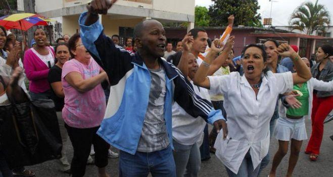 inedita-protesta-contra-el-gobierno-en-cuba-y-energica-reaccion-del-presidente