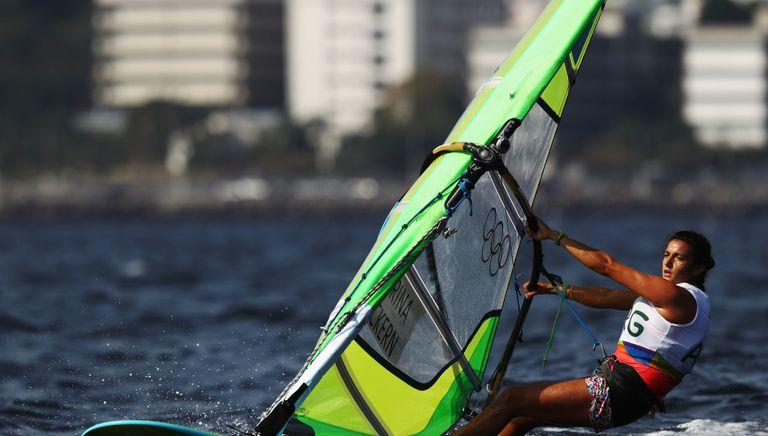 celia-tejerina:-la-windsurfista-que-quiere-confirmar-el-salto-de-rio-a-tokio-y-practica-el-yoga-mas-exigente